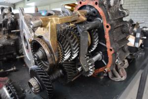 Versnellingsbak vervangen met gereviseerde handmatige versnellingsbak